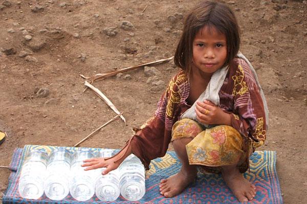meisje bij gevulde waterflesjes