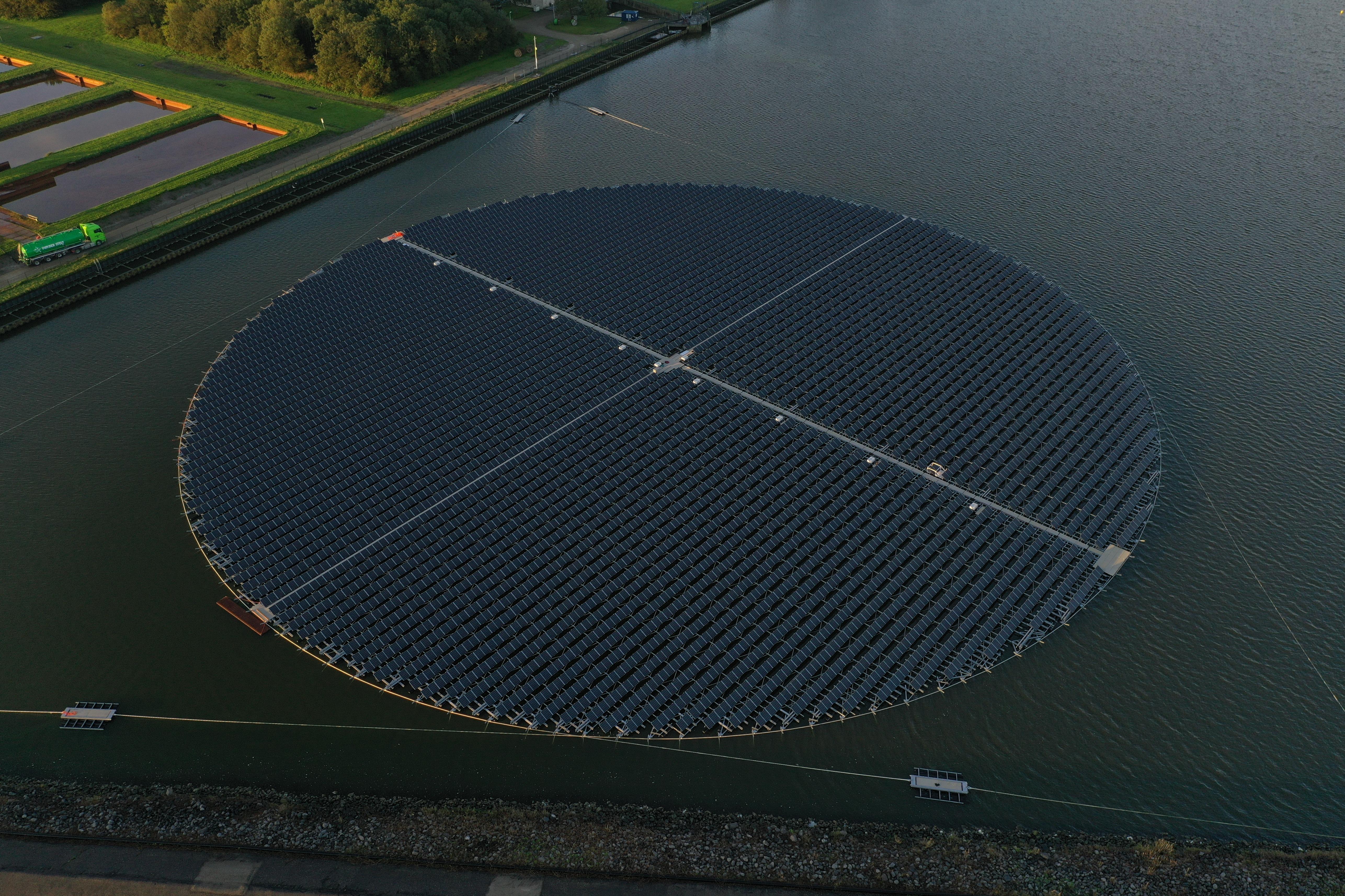 Drijvende ronde zonnepanelen van bovenaf gefotografeerd
