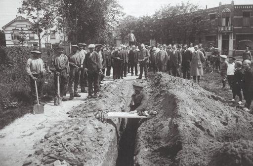 De eerste drinkwaterleiding werd aangelegd in Heiloo op 20 juli 1920