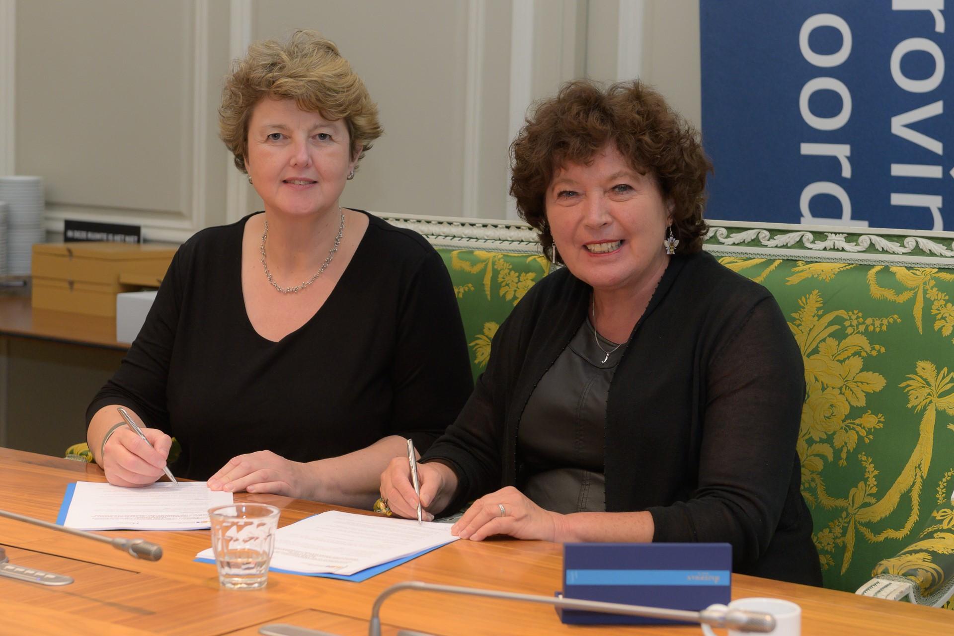 Links, mevrouw Linda Molenkamp, directeur Beheer en Uitvoering provincie Noord-Holland, rechts, mevrouw Joke Cuperus, directeur PWN