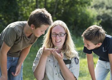 Jongens met boswachter