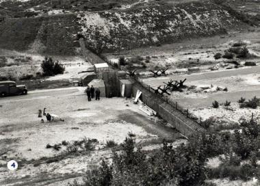 Historische foto wegversperring in Nationaal Park Zuid-Kennemerland in WOII