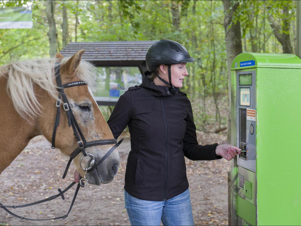 Ruiter koopt duinkaart bij automaat