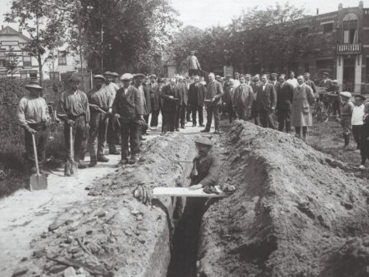 Eerste aanleg drinkwaterleiding door PWN in Heiloo 2 juni 1920