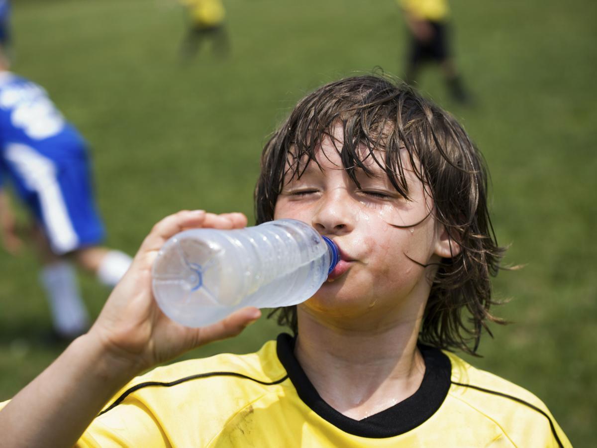 Water drinken uit een bidon