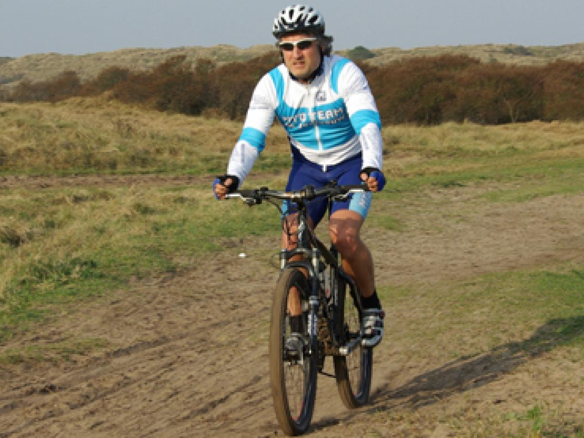 Mountainbiker in het duin