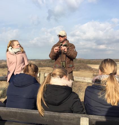 studenten op excursie met de boswachter