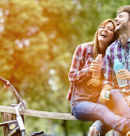 een man en een vrouw recreëren in de binnenduinrand, ze hebben fietsen mee