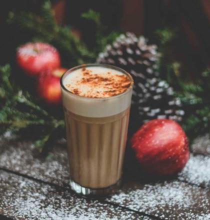 warme chocolademelk en kerstgroen