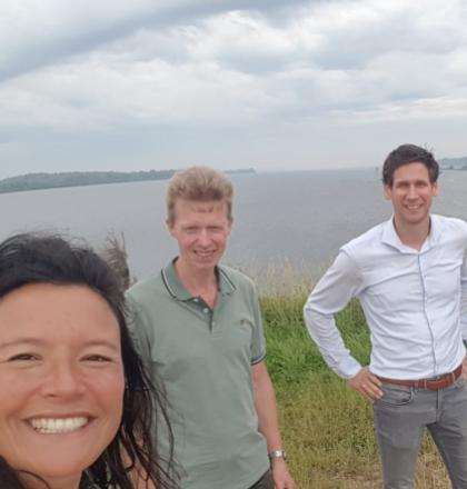 Groepsfoto bij de monding van IJssel richting het Ketelmeer. Li An Phoa, Antoon Kanis, Koen Zuurbier en Maarten van der Schaaf