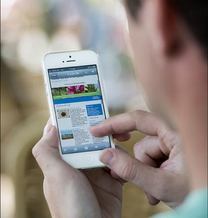 Klant bekijkt PWN nieuwsbrief op telefoon