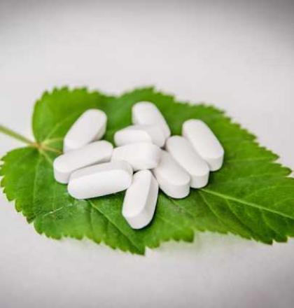 pillen op een groen blad