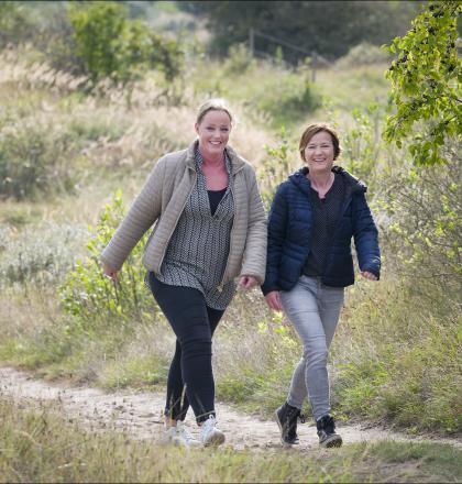 twee vrouwen wandelen in de duinen
