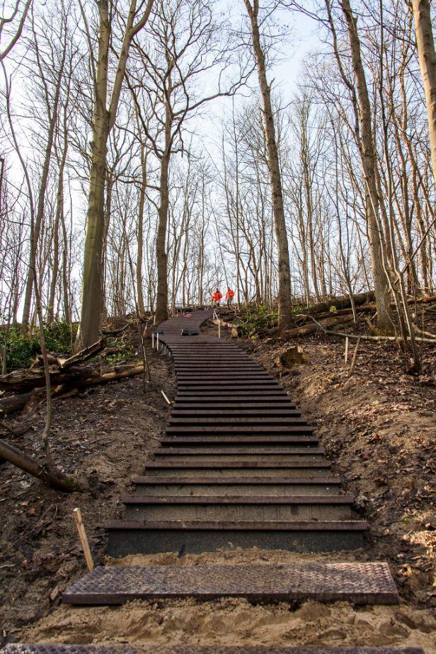 Foto van de trap op de Papenberg in aanbouw, nog zonder trapleuning